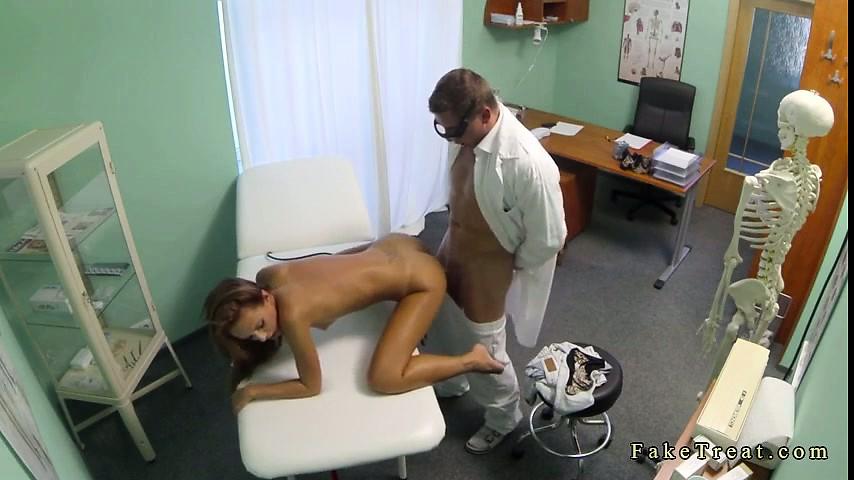 seks-u-vracha-skritaya