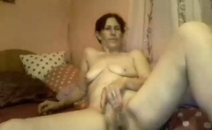Naughty mature woman with saggy boobs fingers her pussy on