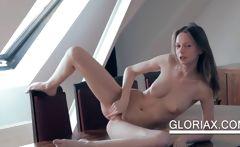 Teen hottie masturbating cunt on the table