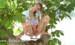 20yo girlfriend peening from the trees