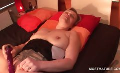 Slutty mature in boots dildo fucking her cunt in bed